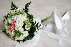 Het boeket van het huwelijk van witte en roze rozen Royalty-vrije Stock Foto