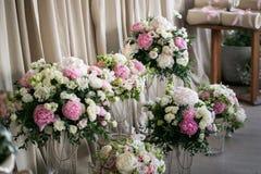 Het decor van het huwelijk mooie bloemsamenstellingen van verse bloemen concept een feestelijk diner, openlucht Rustieke stijl royalty-vrije stock foto's