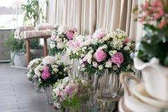 Het decor van het huwelijk mooie bloemsamenstellingen van verse bloemen concept een feestelijk diner, openlucht Rustieke stijl stock afbeelding