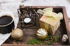 Het decor van Kerstmis Kerstmisstuk speelgoed, kop van koffie en kaars royalty-vrije stock afbeelding