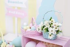 Het decor van Pasen en van de lente Grote multi-colored eieren en Paashaas stock afbeelding