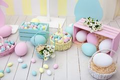 Het decor van Pasen en van de lente Grote multi-colored eieren en Paashaas royalty-vrije stock foto's
