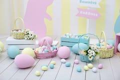 Het decor van Pasen en van de lente Grote multi-colored eieren en Paashaas royalty-vrije stock foto