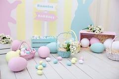 Het decor van Pasen en van de lente Grote multi-colored eieren en Paashaas royalty-vrije stock afbeeldingen