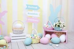 Het decor van Pasen en van de lente Grote multi-colored eieren en Paashaas stock afbeeldingen