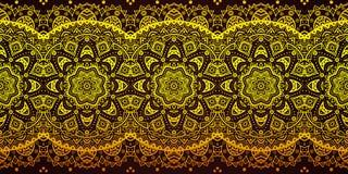 Het decoratieve gouden patroon van de kantstreep op zwarte Royalty-vrije Stock Afbeeldingen