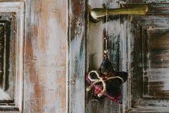 Het decoratieve Kerstmisster hangen op het oude deurhandvat Stock Foto's