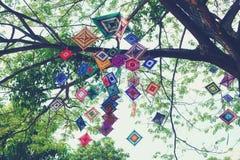 Het decoratieve Mobiele Spinneweb het weven hangen op boom royalty-vrije stock afbeelding