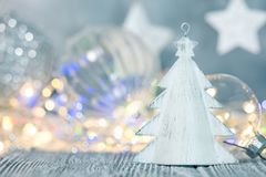 het decorconcept van de de wintervakantie vage slingerlichten en decoratie royalty-vrije stock afbeeldingen