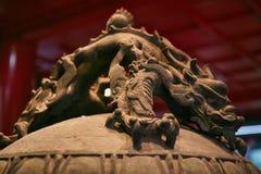 Het decorelement is het handvat van een klok in de vorm van een draak Grote Kloktempel Peking, China stock afbeelding