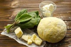Het deeg, spinazie, parmezaanse kaas, ricotta op houten achtergrond is klaar royalty-vrije stock foto