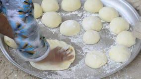 Het deeg van de de handvoorbereiding van de vrouw in dienblad voor het maken van brood, hoogste meningspunt stock video