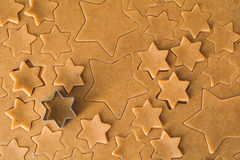 Het deeg van het peperkoekkoekje en sterren gevormde koekjessnijder stock afbeeldingen