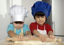 Het deegmeisjes van de pizza. stock fotografie