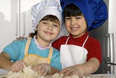 Het deegmeisjes van de pizza. royalty-vrije stock fotografie