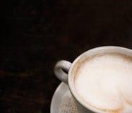 Het deel van de koffiekop boven mening schoot met ruimte voor tekst op houten lijst Stock Afbeelding