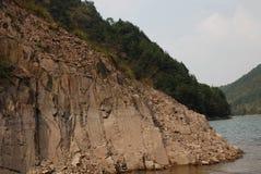 Het deel van de naakte rots dichtbij het bergmeer stock fotografie