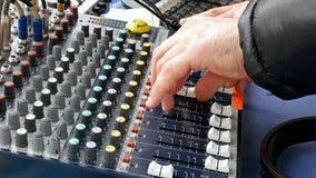 Het dek die van DJ console correcte raad mengen met handen Stock Afbeeldingen