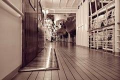Het dek van het cruiseschip bij nacht Stock Afbeeldingen