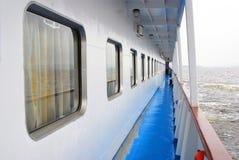 Het dek van het cruiseschip in het overzees met sterke golven Stock Foto's
