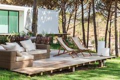 Het dek van het de zomerhuis met stoelen Royalty-vrije Stock Afbeeldingen