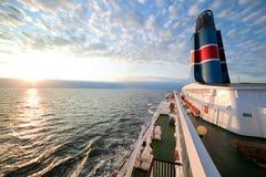 Het dek van het schip, raadsmening, oceaan bij zonsondergang Stock Afbeeldingen