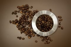 Het deksel en de koffiebonen van de koffiebus op de lijst worden verspreid die royalty-vrije stock afbeeldingen