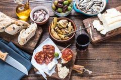 Het delen van authentieke Spaanse tapas met vrienden in bar Royalty-vrije Stock Foto