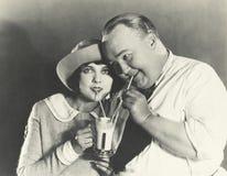Het delen van een milkshake stock fotografie