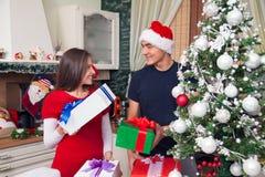 Het delen van Kerstmisvreugde Stock Fotografie