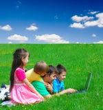 Het delen van laptop Stock Afbeeldingen