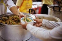 Het delen van voedsel met mensen in slechte gemeenschappen: Het concept het voeden royalty-vrije stock afbeeldingen