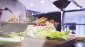 Het delen van voedseldiner in veganist bio organisch restaurant stock videobeelden
