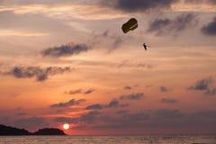 Het deltaplaning van de zonsondergang stock afbeelding