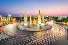 Het Democratiemonument in schemeringtijd in Bangkok, Thailand royalty-vrije stock foto