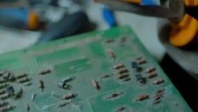 Het demonteren van Oud en Dusty Electronic Circuit Board Apart stock footage