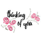 Het denken aan u typografie van letters voorziende kaart met hand geschilderde rozen, blad en tak Vectorhand - gemaakte groetkaar Stock Foto's