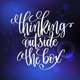 Het denken buiten het doos met de hand geschreven het van letters voorzien positieve citaat Stock Afbeeldingen