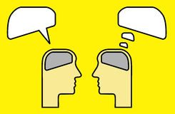 Het denken en het spreken gebruikend hersenen Stock Afbeeldingen