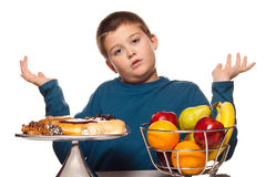 Het denken van de jongen aan een voedselkeus stock afbeelding