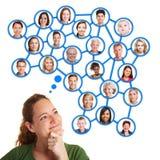 Het denken van de vrouw aan sociaal netwerk Stock Foto