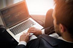 Het Denken van zakenmanusing laptop working Stock Afbeeldingen