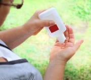 Het desinfecteren van handen Stock Afbeeldingen