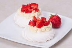 Het Dessert Pavlova van aardbeischuimgebakjes royalty-vrije stock afbeelding