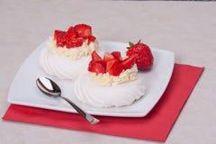 Het Dessert Pavlova van aardbeischuimgebakjes stock afbeeldingen
