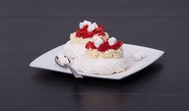 Het Dessert Pavlova van aardbeischuimgebakjes stock fotografie