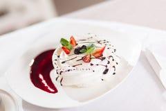Het dessert van ballerinapavlova royalty-vrije stock fotografie