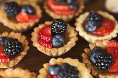 Het dessert van bessentartlets op houten achtergrond Royalty-vrije Stock Foto's