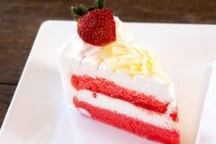 Het Dessert van de aardbeicake op Witte Achtergrond royalty-vrije stock afbeelding
