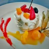 Het dessert van de bosbessenaguaymanto van de aardbeienroom Stock Afbeelding